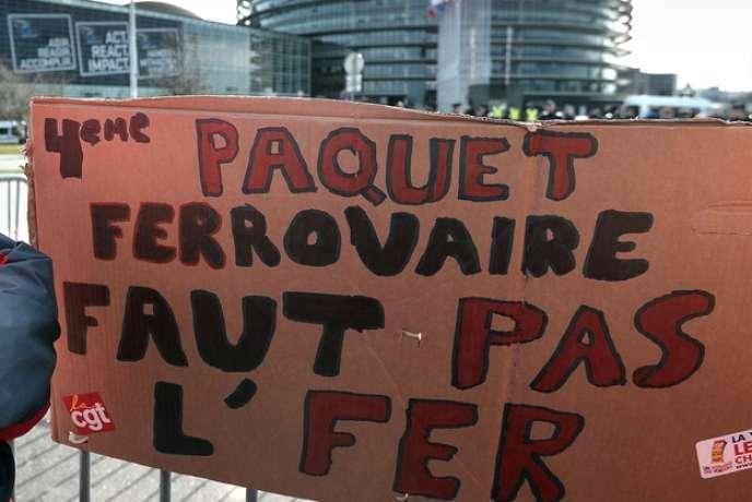 Une manifestante à Strasbourg, contre l'ouverture du trafic ferroviaire à la concurrence en 2019.