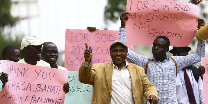 Des militants homophobes défilent à Kampala, le 24 février.