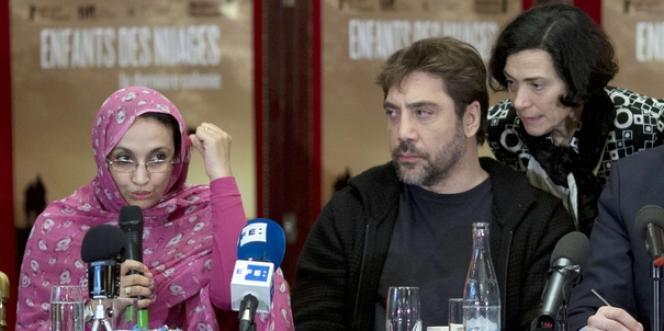 Aminatou Haidar et Javier Bardem, le 18 février à Paris.