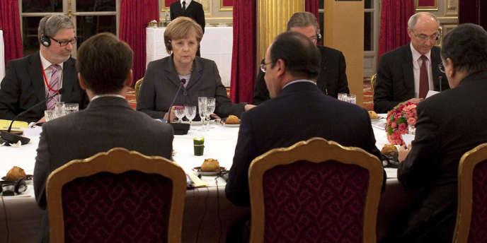 La chancelière Angela Merkel face à François Hollande (de dos) lors d'un dîner donné à l'issue du conseil des ministres franco-allemand, le 19 février, à Paris.