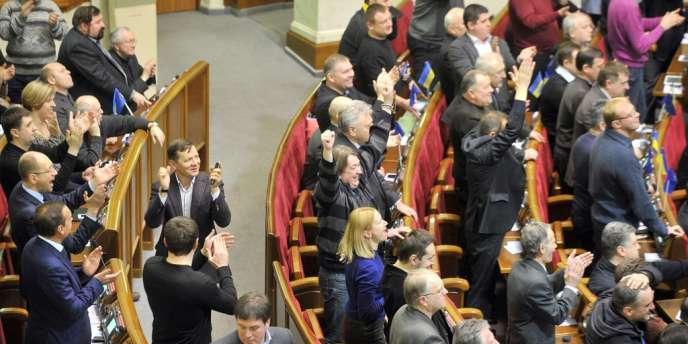 Des députés saluent le vote permettant la libération de Ioulia Timochenko, vendredi 21 février.
