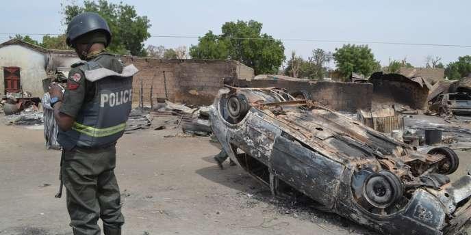 Un policier nigérian sur les lieux d'une attaque imputée à Boko Haram, le 28 janvier 2014.