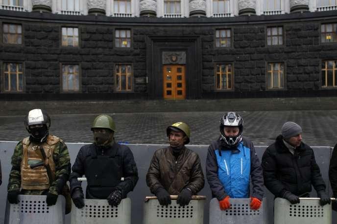 Des manifestants de Maïdan postés devant un bâtiment gouvernemental à Kiev, le 23 février.