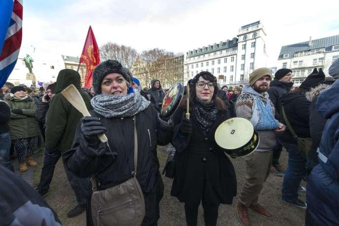 Manifestation d'Islandais pour réclamer la tenue d'un référendum sur l'adhésion de leur pays à l'Union européenne, le 24 février, à Reykjavik.