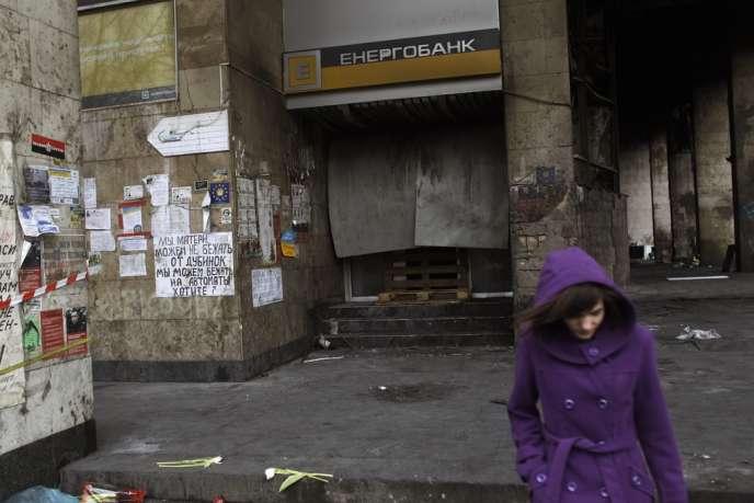 Devant une banque incendiée, à Maïdan, le 25 février.