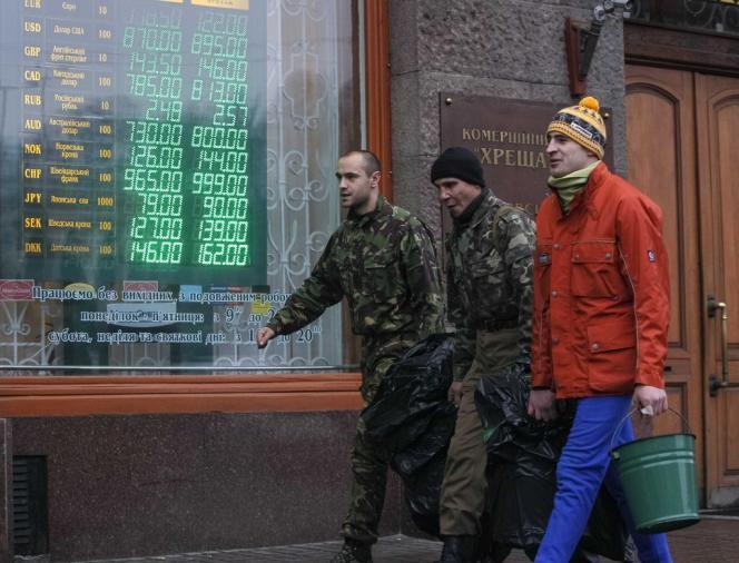 Des manifestants devant un bureau de change, le 7 février à Kiev.