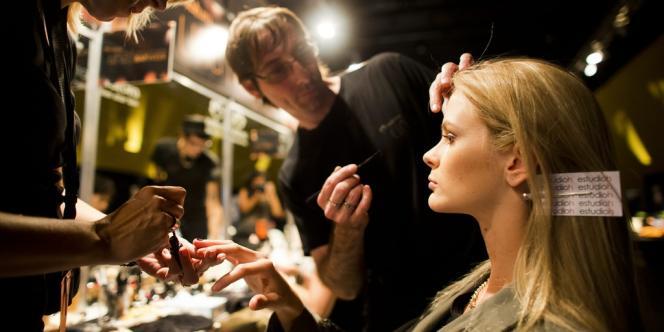 Dernière tendance du maquillage : avoir l'air de ne pas en porter. Anne de Marnhac, spécialiste de l'histoire de la beauté, décrypte ce paradoxe.