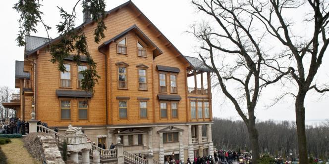 Le complexe de Mezhiriyeh où résidait Viktor Ianoukovitch, devenu lieu de promenade pour les Ukrainiens.