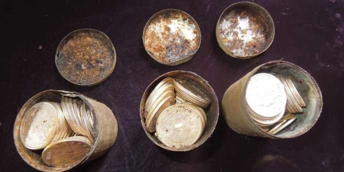Les boîtes de métal contenant les pièces trouvées par un couple californien, le 25 février.