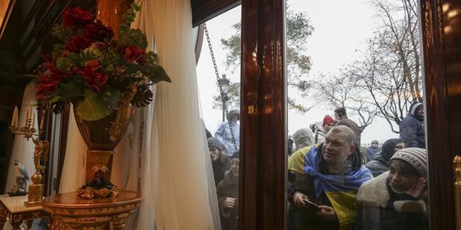 Les visiteurs découvrent la très luxueuse résidence de Viktor Ianoukovitch près de Kiev, samedi 22 février.