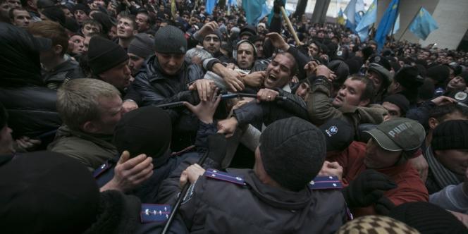 Des heurts ont éclaté à Simferopol, en Crimée, mercredi26février, entre des manifestants pro-Russie et des soutiens aux nouvelles autorités à Kiev.