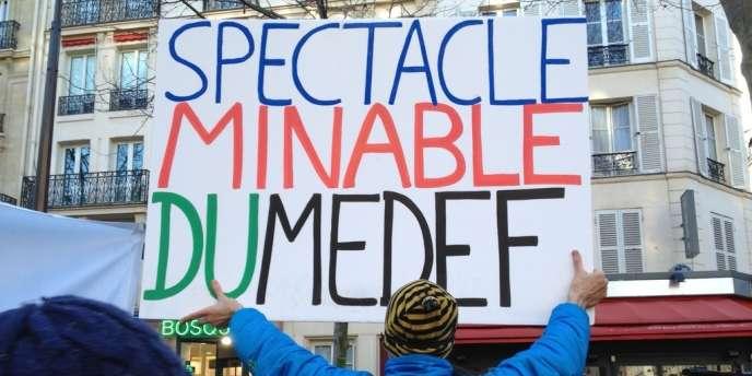 Paris, jeudi 27 février. Les intermittents du spectacle manifestent sous les fenêtres du siège du Medef.