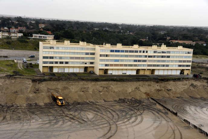 L'immeuble Le Signal, à Soulac-sur-mer (Gironde), n'est plus qu'à 20 mètres à peine d'une falaise de sable.