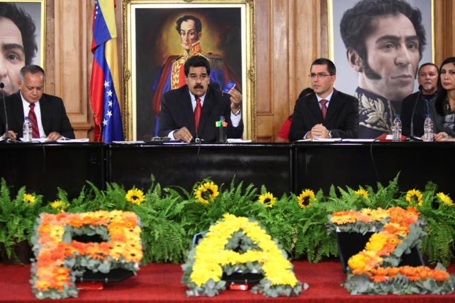 Nicolas Maduro (au centre), président vénézuélien, le 26 février à Caracas, lors de l'ouverture de la
