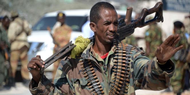 Un militaire somalien patrouillant dans les rues de Mogadiscio.