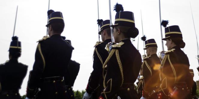 Des femmes gendarmes lors d'un défilé militaire à l'Ecole des officiers de la gendarmerie nationale.