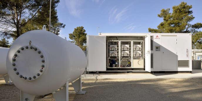 La « Greenergy box » d'Areva associe un électrolyseur et une pile à combustible,  et permet d'emmagasiner le « jus » tiré des panneaux solaires.