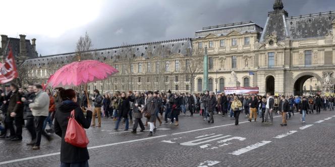 Artistes et techniciens ont défilé, jeudi, du palais Royal au siège du Medef, organisation qui avait réitéré, la veille, sa volonté de faire basculer les intermittents dans le régime général.