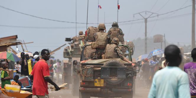 La France a déployé début décembre 1 600 hommes dans le pays, mais cet effectif limité, qui agit officiellement en soutien des 5 700 hommes de la force africaine, la Misca, n'a pas permis de faire cesser les violences et les représailles entre communautés chrétienne et musulmane.