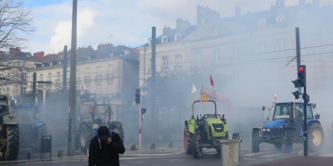 Face à face tendu entre agriculteurs, opposants à NDDL et la police, à Nantes, le 22 février