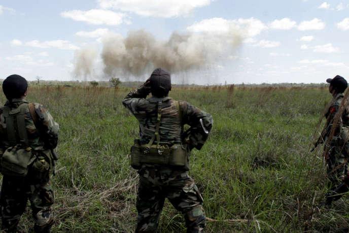Des soldats guatémaltèques surveillent la destruction d'une piste d'atterrissage clandestine, en 2006, dans le parc national de la Laguna del Tigre, près de la frontière mexicaine.