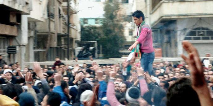 Abdel Basset Sarout, footballeur dans l'équipe nationale syrienne, s'impose rapidement comme le chef naturel de la révolte. Ici, en automne 2011, porté sur les épaules de manifestants.