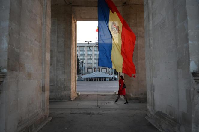 Un femme marche dans le centre de Chisinau, en octobre 2008.