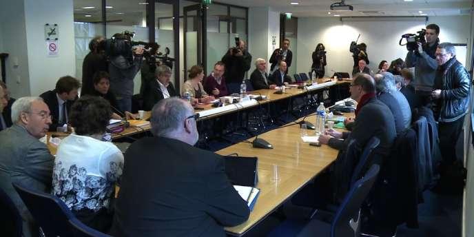 Première rencontre entre le patronat et les syndicats autour du pacte de responsabilité, le 28 février 2014.