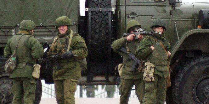 Des hommes armés sans uniforme distinctif sur la route menant à l'aéroport militaire de Belbek, le 28 février en Ukraine.