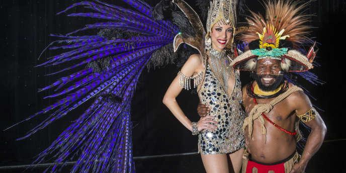 Le papou Mundeya Kepanga en parure traditionnelle posant avec la danseuse Julie Bruyère qu'il a réussi à convaincre de venir participer avec deux de ses collègues à un concours national de danse en Papouasie-Nouvelle-Guinée.