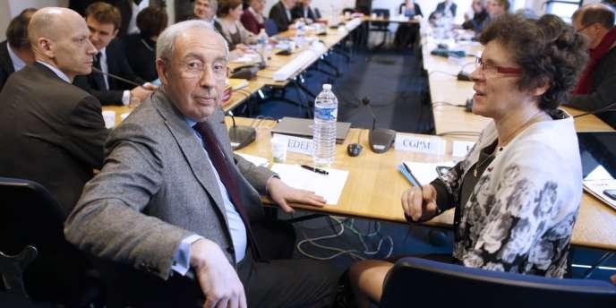 Les discussions entre patronat et syndicats sur le pacte de responsabilité ont été entamées vendredi 28 février, avec ici, au premier rang, le vice-président du Medef, Jean-François Pilliard et la vice-présidente de la CGPME, Geneviève Roy.