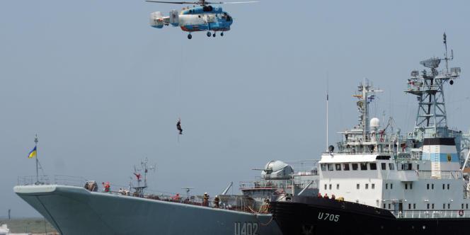 Hélicoptère russe survolant un navire ukrainien, durant un exercice russo-ukrainien à Sébastopol, le 26 mai 2011.