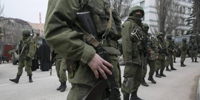 Hommes armés près d'un poste ukrainien de gardes-frontières, dans la ville de Balaclava, le 1er mars.
