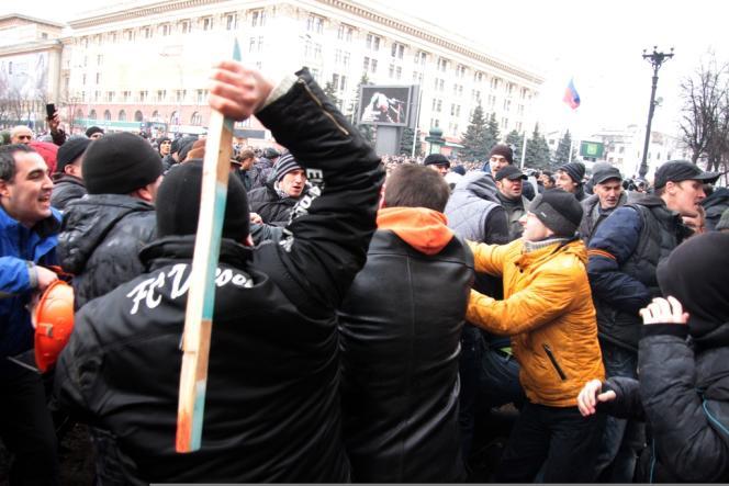 Des militants pro-russes, lors de heurts en marge d'une manifestation à Kharkiv, le 1er mars.