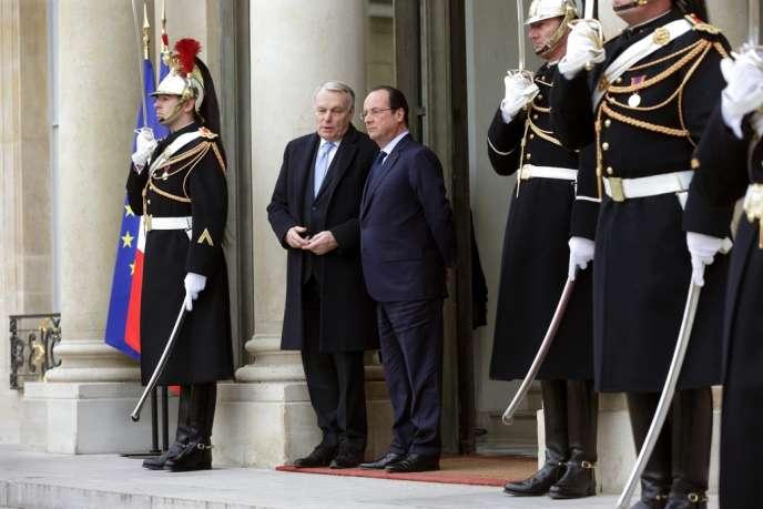 Jean-Marc Ayrault et François Hollande sur le perron de l'Elysée, le 19février.