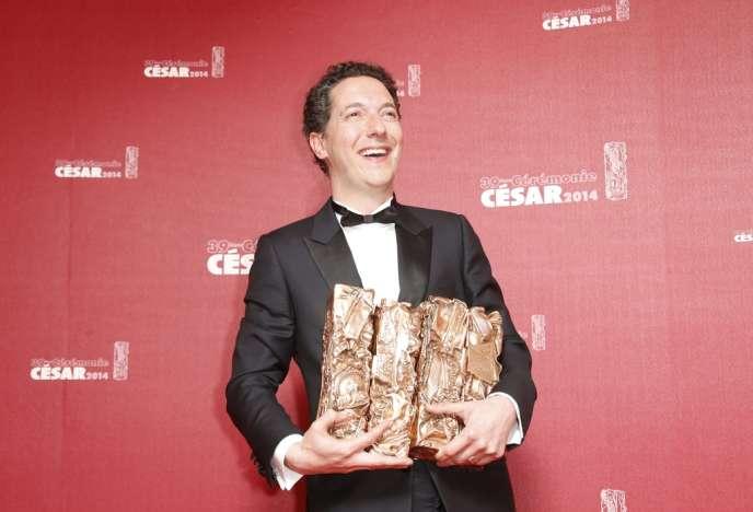 L'acteur et réalisateur Guillaume Gallienne et ses Césars au Théâtre du Châtelet à Paris, le 28 février 2014.