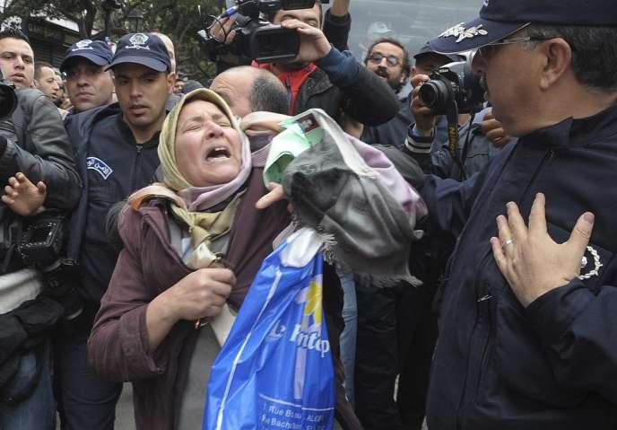 Les manifestants à l'appel d'un groupe d'opposants à un quatrième mandat du président algérien sortant ont été dispersés à Alger.