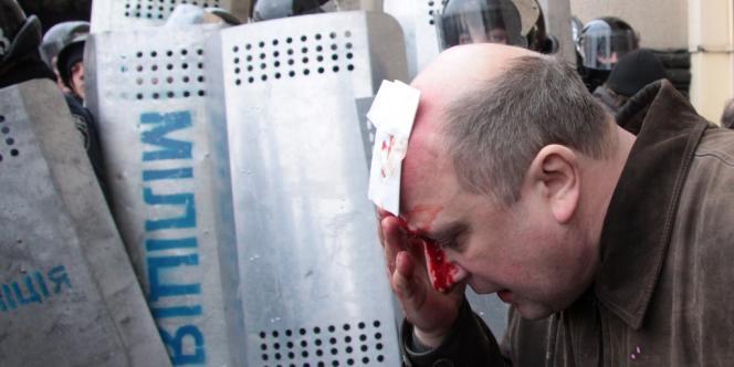 Un manifestant blessé lors de la manifestation à Kharkiv, le 1er mars.