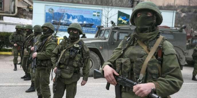 Des miliciens russes dans les rues de la ville de Balaclava en Crimée, samedi 1er mars.