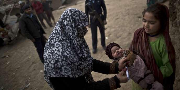 Trois bombes ont détoné au passage d'un convoi de vaccinateurs protégés par des paramilitaires dans la zone tribale de Khyber, un fief taliban situé près de la frontière afghane, ont précisé les autorités locales.