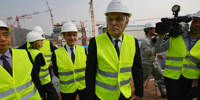 Le premier ministre, Jean-Marc Ayrault, devant Henri Proglio, le PDG d'EDF, sur le chantier de la centrale nucléaire de Taishan, en Chine, le 8 décembre 2013.