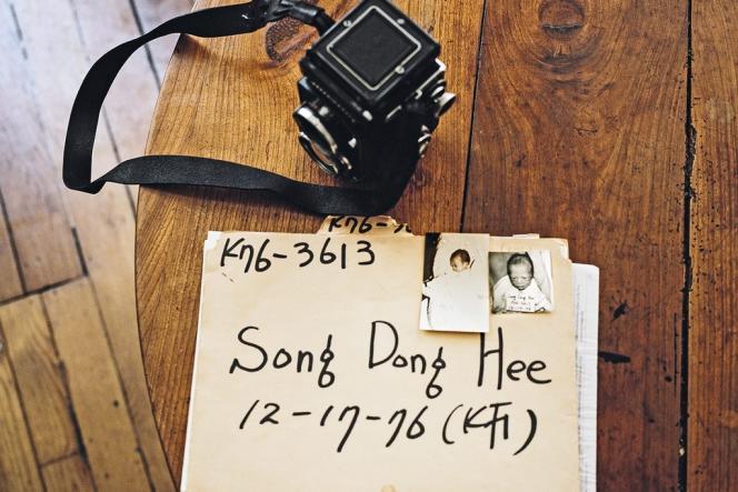 Après le décès de sa mère adoptive, la photographe Agnès Dherbeys a ressenti le besoin de se rendre à Séoul avec son dossier d'adoption, pour découvrir son pays d'origine.
