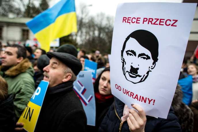 Des manifestants hostiles à l'intervention russe en Ukraine à Varsovie, en Pologne, le 2 mars.