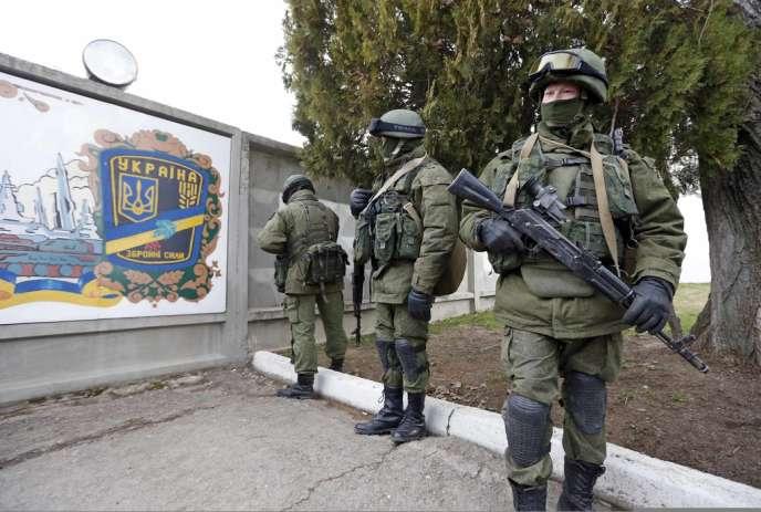 Des soldats en armes autour de la base ukrainienne de Perevalnoye, dimanche 2 mars.