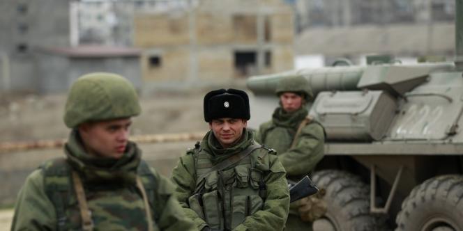 Des militaires russes dans la ville portuaire de Theodosie, le 2 mars.