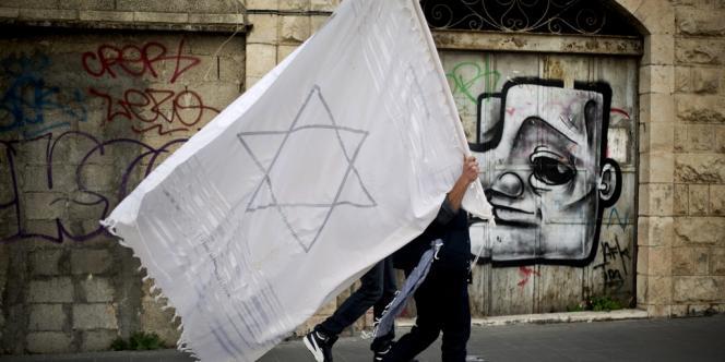 Un homme avec un châle de prière marqué de l'étoile de David à Jérusalem, lors de la manifestation du 2 mars.