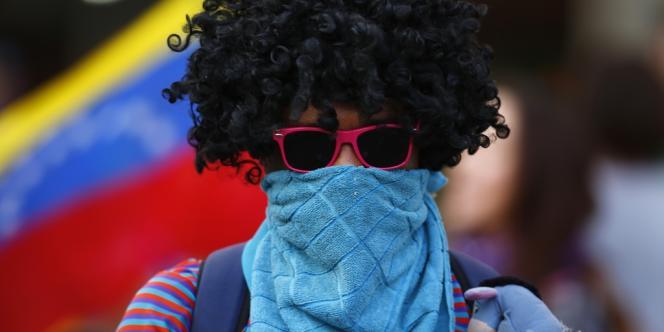 Manifestant déguisé comme pour le carnaval le 1er mars à Caracas.