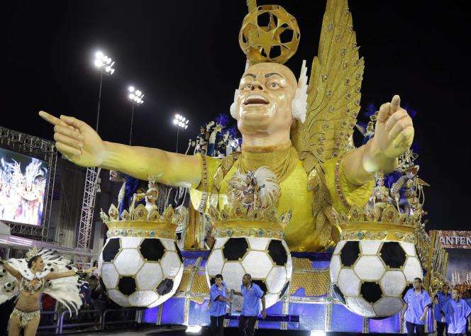 Char à l'effigie de l'ancienne star brésilienne Ronaldo pendant le carnaval de Sao Paulo, dimanche 2 mars.