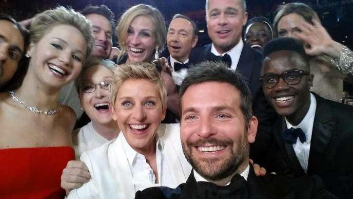 Le selfie réalisé par Ellen DeGeneres lors de la 86e cérémonie des Oscars avec Jared Leto, Jennifer Lawrence, Meryl Streep, Ellen DeGeneres, Bradley Cooper, Peter Nyong''o Jr., Channing Tatum, Julia Roberts, Kevin Spacey, Brad Pitt, Lupita Nyong''o et Angelina Jolie, lors de la cérémonie des 86es Oscars à Los Angeles, le 2 mars 2014.