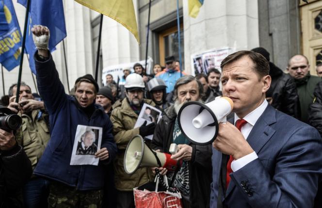 Des partisans de Svoboda, le 27 février devant le Parlement, à Kiev.
